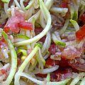 Spaghetti de courgette à la sauce tomate, le tout cru.