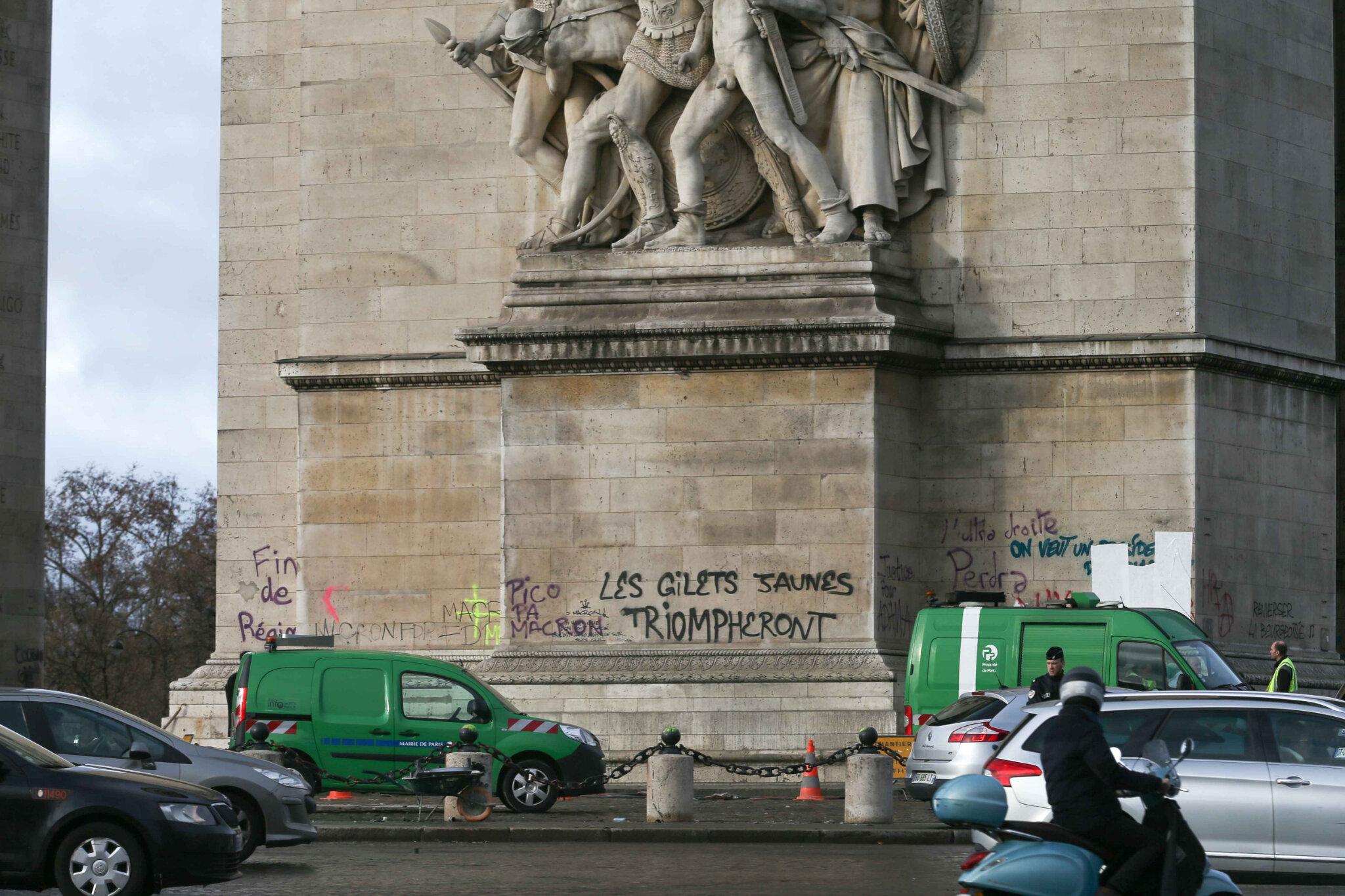 Gilets jaunes : l'Arc de Triomphe pris d'assaut. © Michel Stoupak. Dim 02.12.2018, 10h49m28.