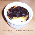 Crèmes brûlées pistache, sauce chocolat