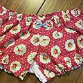 Culotte en coton fleuri sur fond fushia - coton imprimé et lin blanc dans le dos - noueds ciel devant et sur les fesses (5)