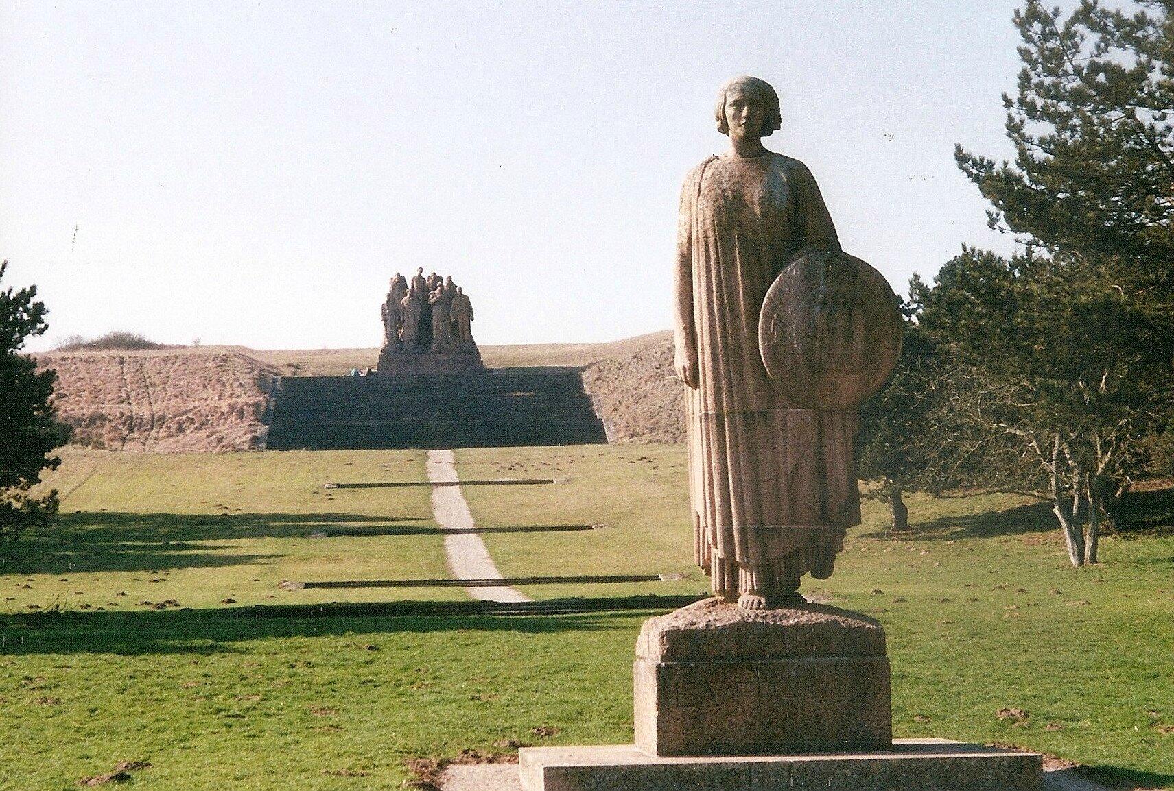 Oulchy-le-Château, Butte Chalmont, les Fantômes (01)