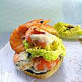 Mini burger aux crevettes - sauce mayonnaise/ pesto / tapenade noire + salade