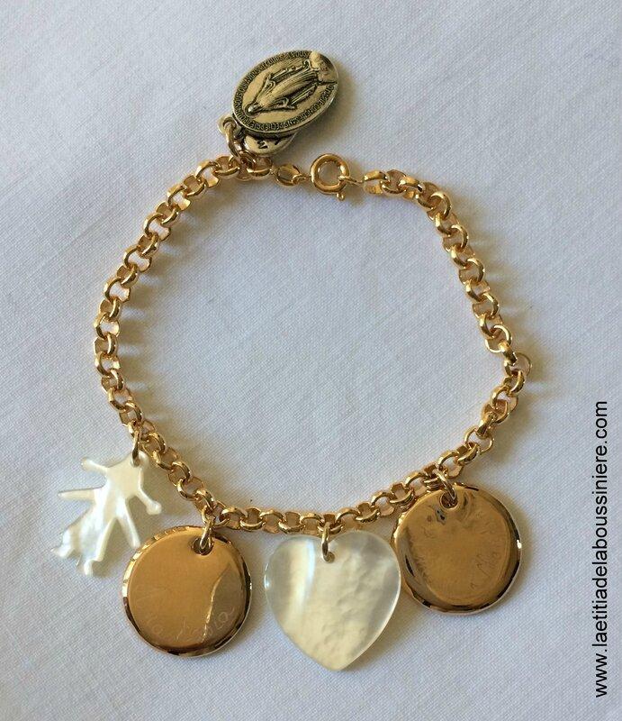 Bracelet sur chaîne plaqué or composé de 2 médailles en plaqué or gravées, 1 fillette en nacre et 1 coeur en nacre