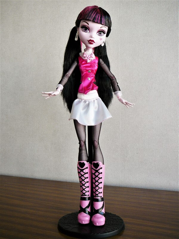 02 Draculaura 17 inches
