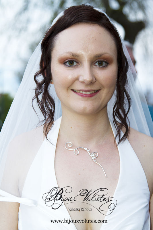 Mariée avec voile mi-long, pendentif mariage Zéphir