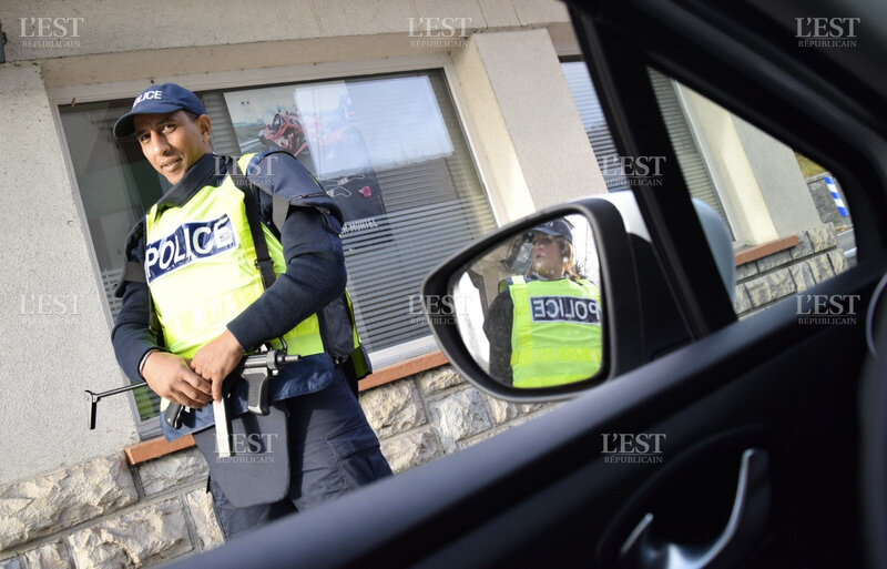 les-agents-de-la-police-aux-frontieres-dont-la-direction-departementale-est-basee-a-pontarlier-ont-investi-le-poste-de-douane-de-la-ferriere-sous-jougne-dans-la-nuit-de-vendredi-a-samedi-photo-w-g-1447535888