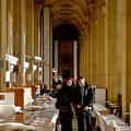 Sous les arcades du Louvre.