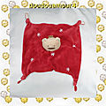 Doudou peluche plat carré ours rouge et blanc etoiles brodées absorba