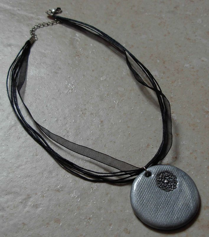 collier rond gris