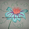 COUSSIN FLEUR BRODEE GROS PLAN BRODERIE