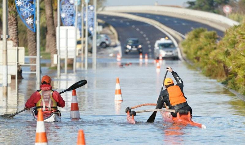 1273091-deux-hommes-se-deplacent-en-kayak-sur-une-route-inondee-a-palavas-les-flots-le-23-novembre-2019