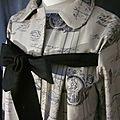 Manteau AGLAE en toile de coton beige imprimé noir femé par un noeud de lin noir (4)