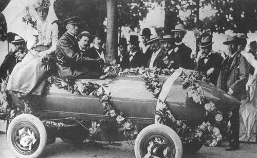 1899 april 29 - camille jenatzy sets land speed record 65,79 mph with electric car 'jamais contente' at achères