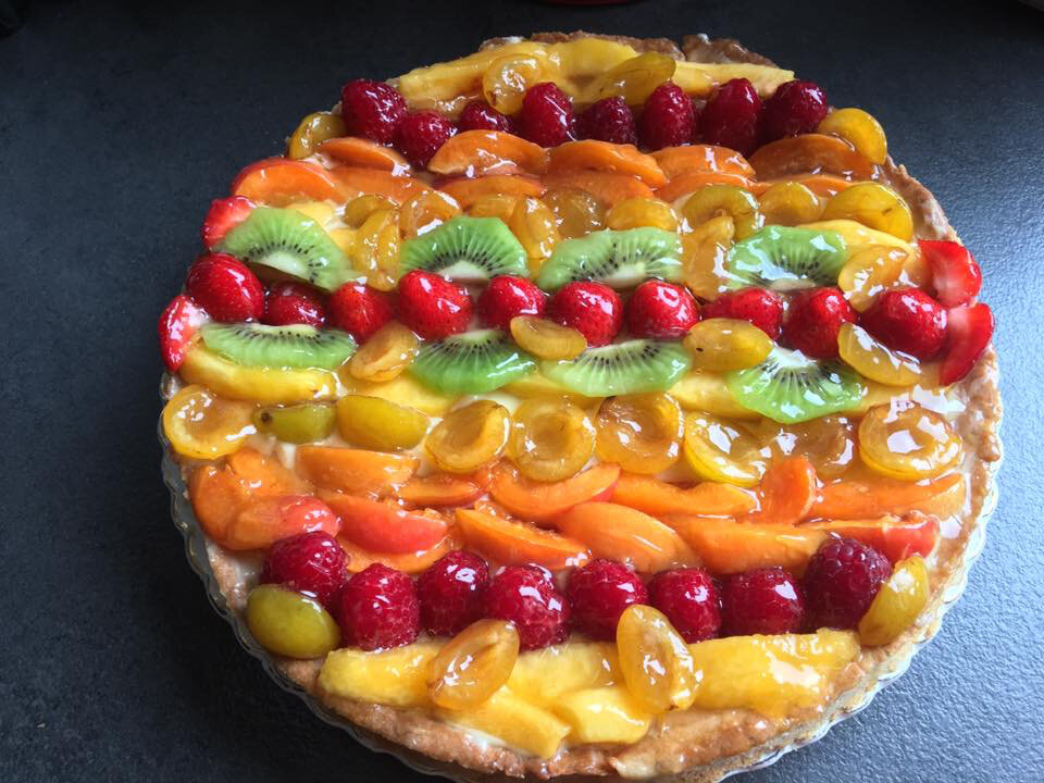 Tarte aux fruits frais sur pâte sablée noisette