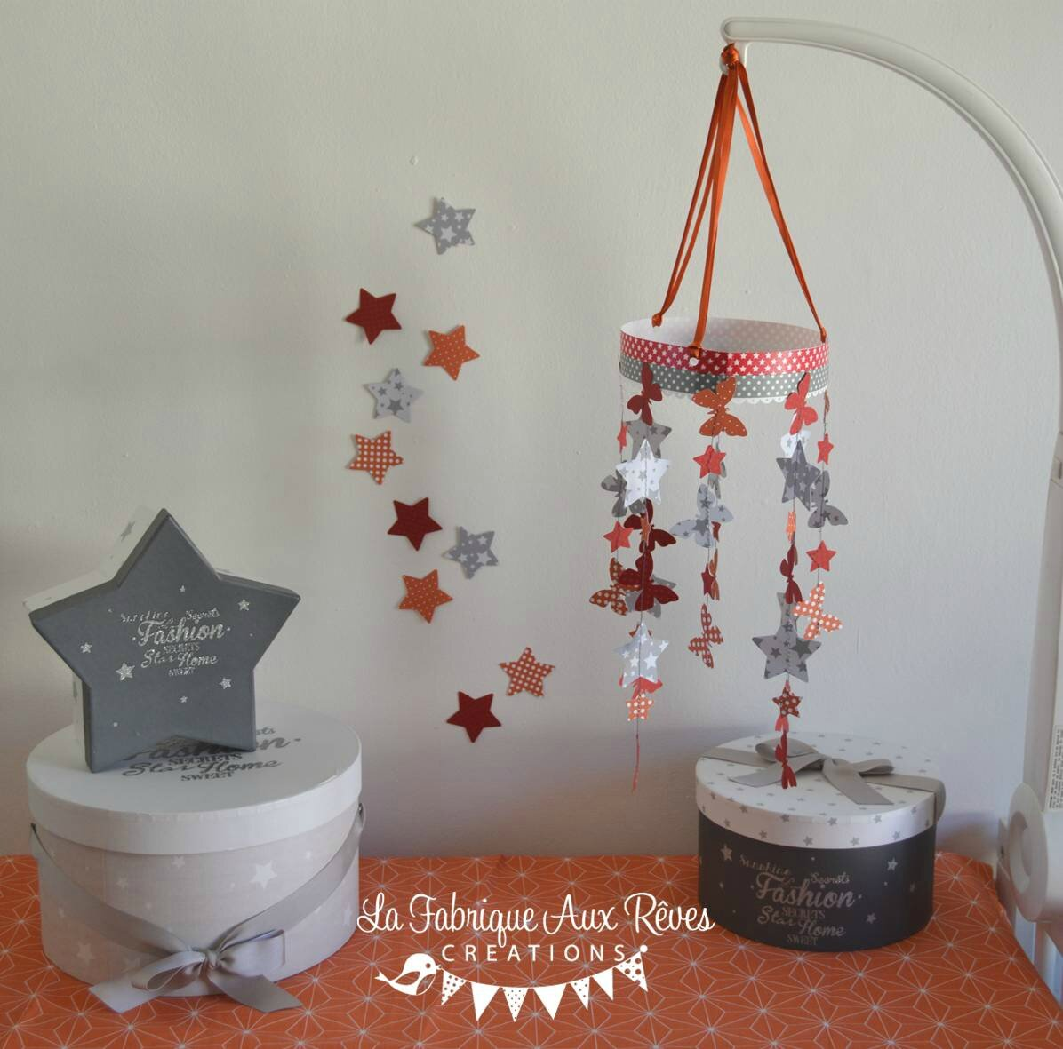 mobile papillons étoiles orange rouge gris - décoration chambre enfant mixte orange rouge gris