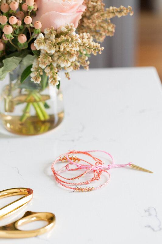 DIY-bracelet-tressé-corde-coton-ciré-rose-déco-perles