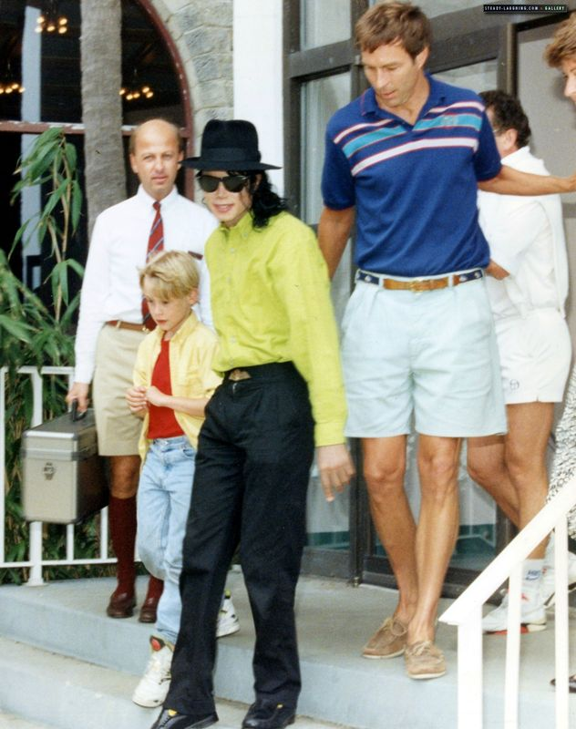 michael-goes-on-vacation-in-bermuda-with-maculay-culkin(57)-m-13