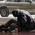 Assis dans la rue en ville par moins 1°