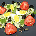 Salade concombre, tomate, œuf, olives noires