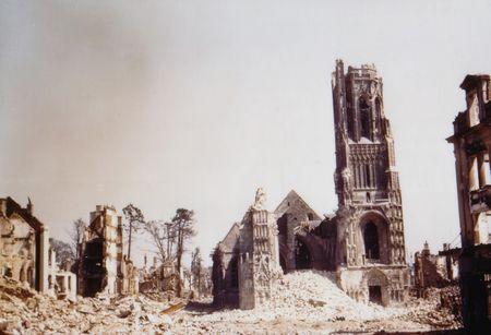 Bataille_de_Normandie_photographie_en_couleurs_Et_1944_lib_ration_de_Saint_L_ruines_de_l_glise_Notre_Dame