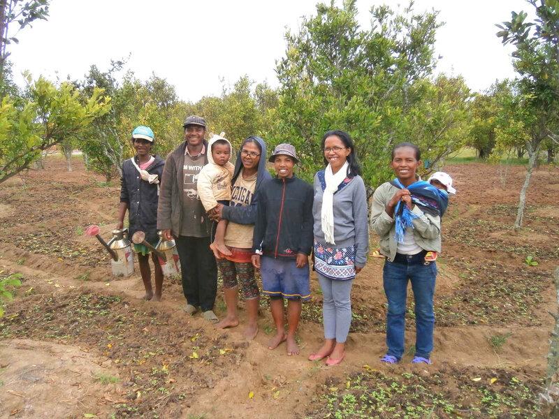 avec les femmes qui travaillent dans les champs