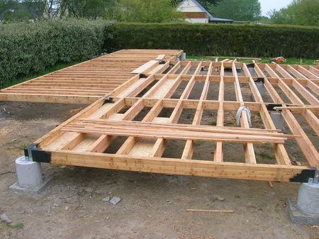 La maison en bottes de paille et ossature bois sur pilotis for Fondation pour extension bois