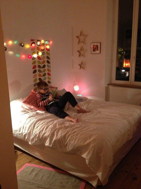 La case de cousin Paul - étoiles en bois Cultura - tapisserie Orla Kiely - housse de couette Carré blanc