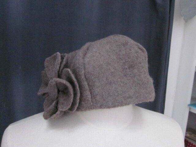 Chapeau AGATHE en laine bouillie taupe avec fleur - Doublure de LIBERTY véritable automne - taille 57 (2)