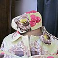 chapeau de pluie AGATHE en coton enduit gourmand fushia chocolat et beige sur fond pistache (2)