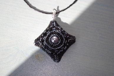 pendentif_perles_noir_gris