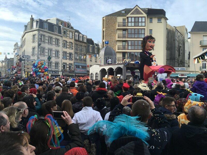 Carnaval de Granville la Grande Cavalcade dimanche 7 février 2016 char Eglise Saint-Paul maire Dominique Baudry cours Jonville