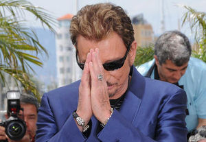 johnny_hallyday_mains_jointes_tete_baissee_largeur_article_big