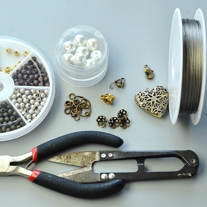 PandaHall-Easy-Tutorial-on-Fashion-Heart-Pendant-Glass-Pearl-Beads-Bracelet-1