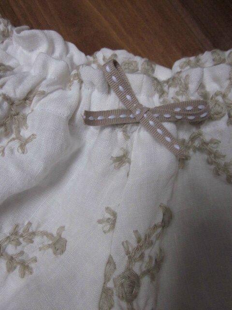 Culotte en lin écru brodé de beige et noeud assorti (3)