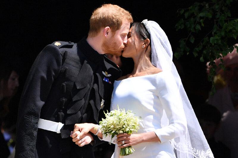 7793464164_meghan-markle-et-le-prince-harry-echangent-un-baiser-a-l-issue-de-la-ceremonie-de-mariage
