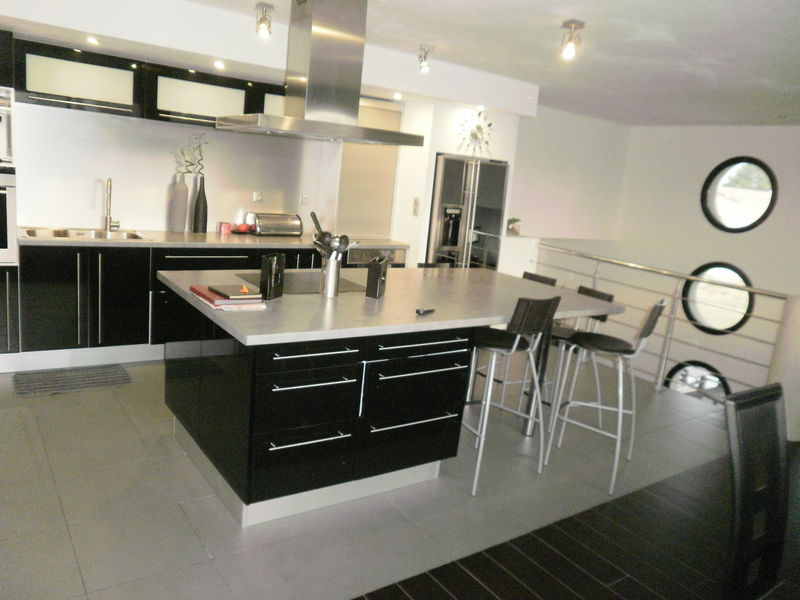 Belle cuisine quip e four hotte plaque 4 feux maison contemporaine vend e 85 for Maison contemporaine italienne