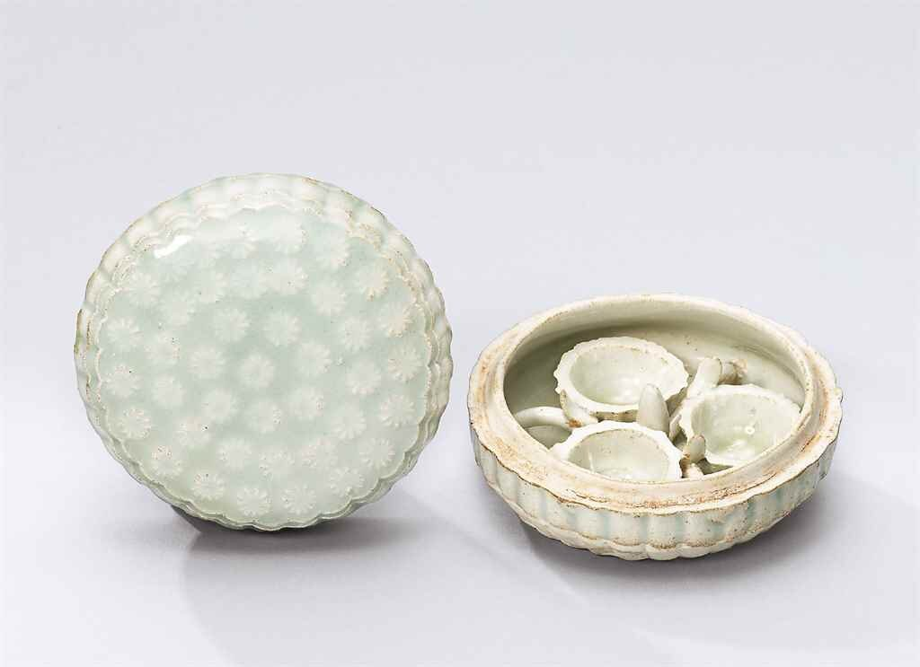 A_moulded_qingbai_chrysanthemum_shaped_cosmetic_box__Southern_Song_dynasty__1127_1279_