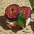 Bruschetta de figues violettes au jambon fumé, basilic et ricotta