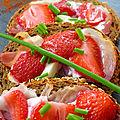 Tartines fraises jambon cru féta
