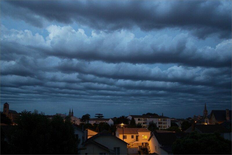 ville nuages avant orage 22 h 30 080617 2