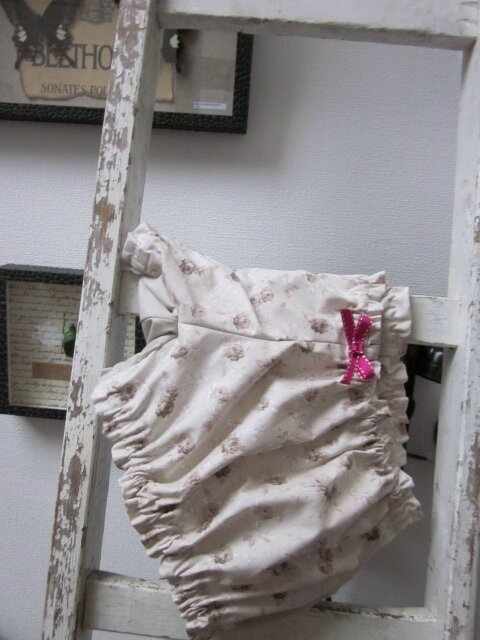 Culotte BIANCA en coton fleuri beige sur fond écru - Coton fleuri beige et coton uni beige dans le dos - noeud fushia devant et sur les fesses (4)