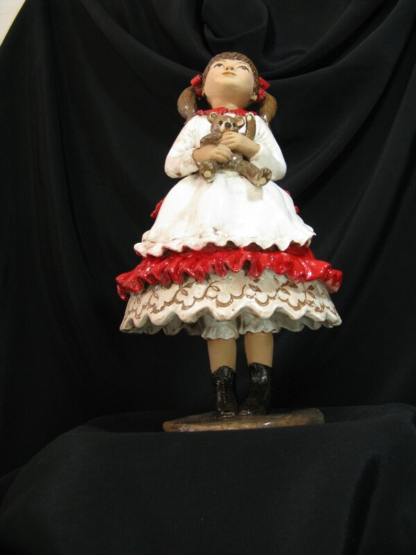 Léonie est une sculpture sur pied, ses mollets ne sont pas émaillés et elle a une culotte longue à dentelle et des bottines