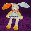 Doudou lapin baby nat, blanc cassé bleu jaune orange - www.doudoupeluche.fr