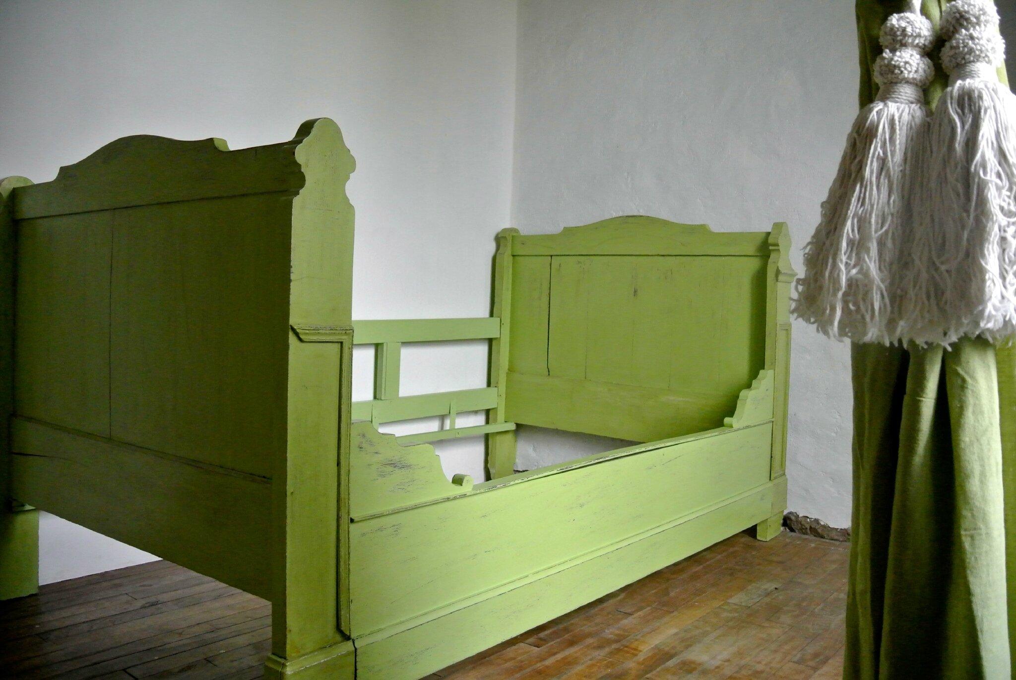 lit de coin patine vert prairie. 450€