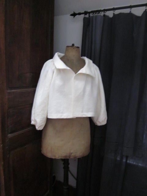 Veste en lin écru froncée sous un large col, manches trois quart raglan (1)