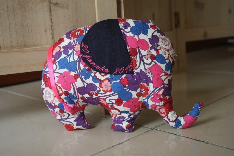 Doudou éléphant brodé au prénom de l'enfant et date de naissance, lin et liberty, 15€