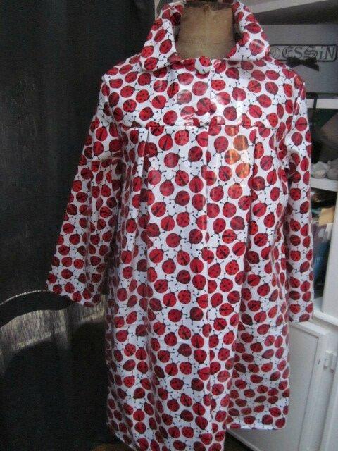 Ciré AGLAE en coton enduit blanc imprimé coccinelles fermé par 2 pressions dissimulés sous 2 boutons recouverts (11)