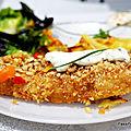 Pavé de cabillaud pané avec des frites diététiques et des poivrons