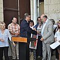 Remise à monsieur le maire d'un tableau réalisé par les artistes Polonais invités à notre exposition