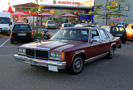 Ford_LTD_4door_sedan_de_1979__Rencard_du_Burger_King_juin_2010__01